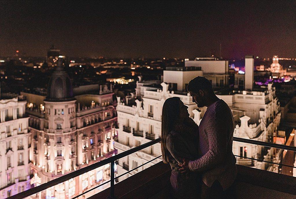 Novios en azotea de Madrid